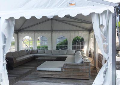 """<h2>Ibland går möblerna inte att flytta</h2><p>Ibland behöver våra kunder tält över sin altan med pool. Då är det viktigt med tält som enbart har ben längs kanterna på konstruktionen. Här är vårt 6m tält placerat över vår kunds egna fasta möbelgrupp. Alla väggar är i mjuk brand klassad PVC och öppningsbara. </p> <a href=""""/kontakt/"""" class=""""main-btn"""">Kontakta oss</a>"""